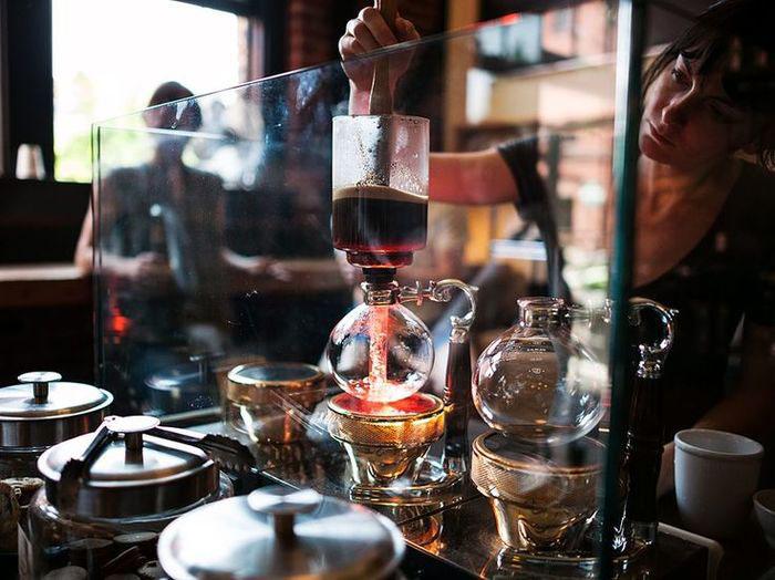 サイフォンの仕組みを楽しみながらコーヒーを淹れる~火加減とフィルターのお手入れが鍵!~ハリオなどの器具が人気!
