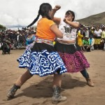 タカナクイ(Takanakuy)喧嘩祭りの伝統!南米ペルーでイモトアヤコが17歳の少女にボコボコにされた!